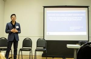 Khách mời Dương Văn Linh trình bày về chiến lược tìm kiếm việc làm và kĩ năng xây dựng và duy trì các mối quan hệ.
