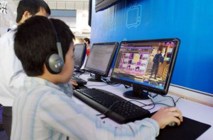 Chơi game (Nguồn ảnh: www.gomo.vn)